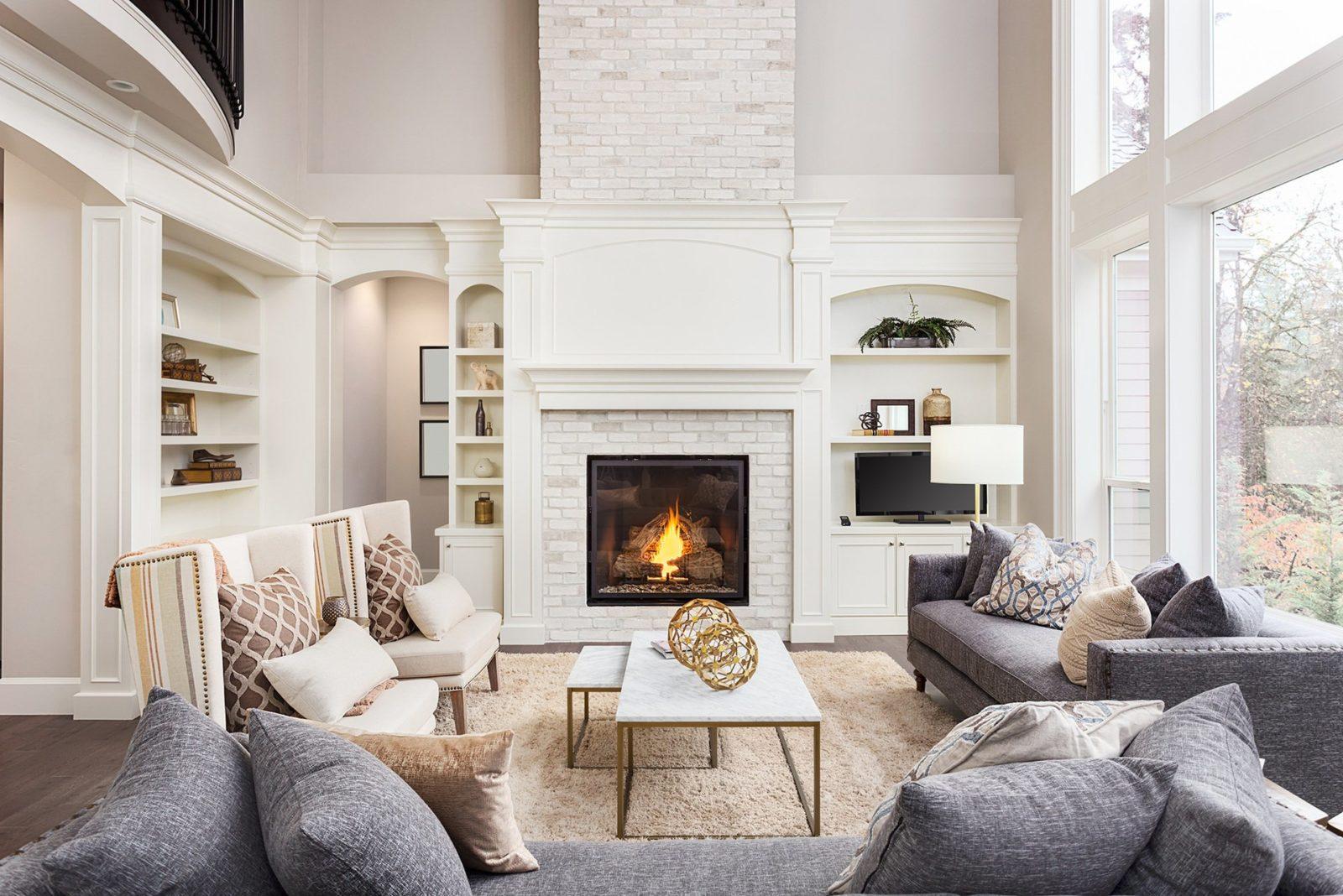 белый камин в гостиной
