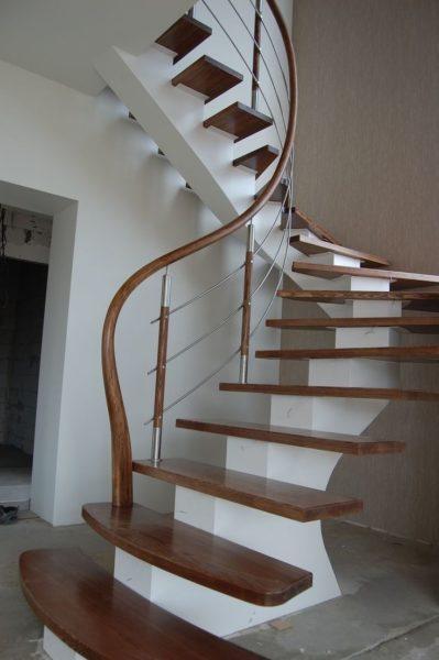 Наибольший минус — обшивка лестницы деревом увеличит стоимость ремонта за счет высокой стоимости натуральных материалов.