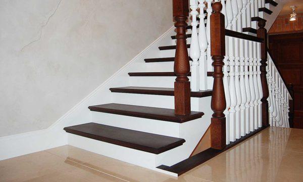 Наиболее популярный материал для лестниц и конструкций, требующих прочности.