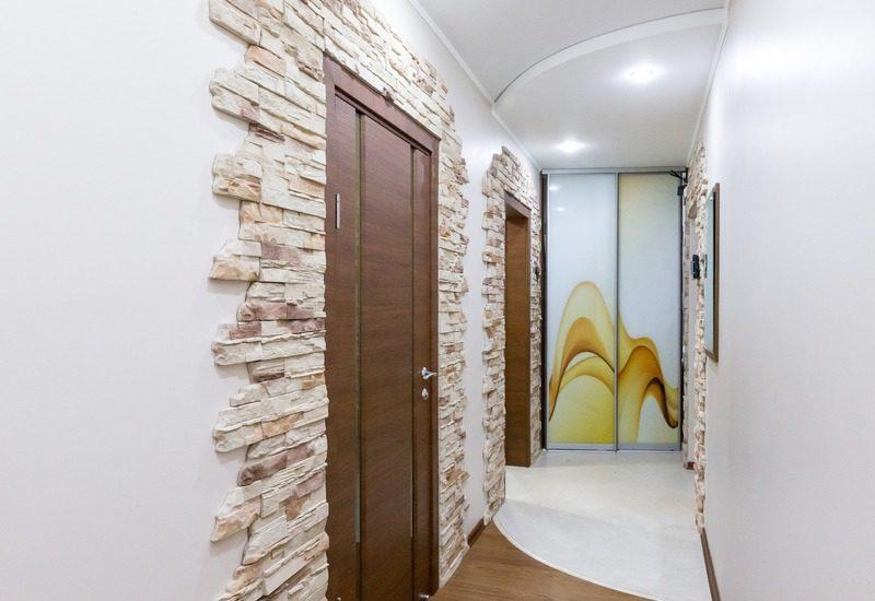 декор дверей декоративным камнем