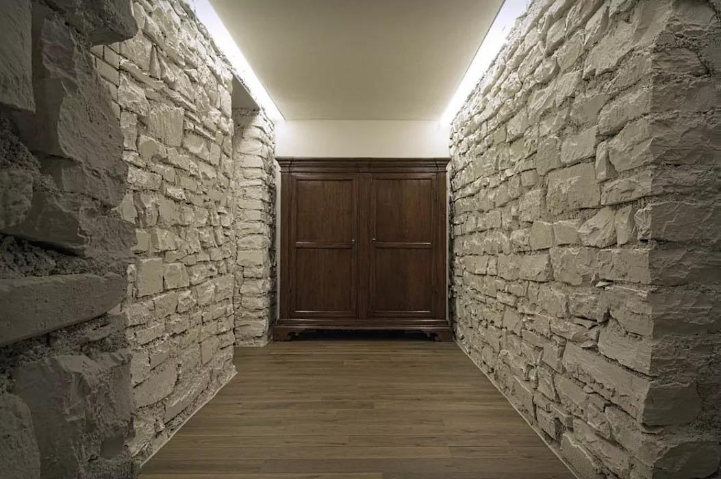 декоративный камень в прихожей цемент