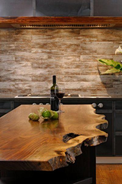 В отличие от других видов поверхностей деревянная требует постоянного ухода и внимания в использовании.