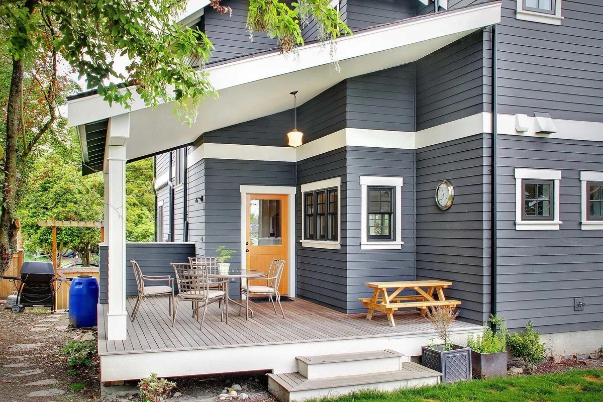 деревянный дом серого цвета