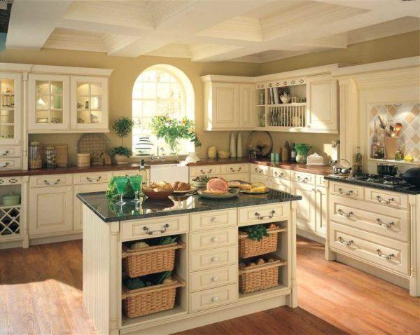 Любители белого, могут позволить себе оформить кухню в роскошном цвете. В сочетание с мрамором выглядит это эффектно.