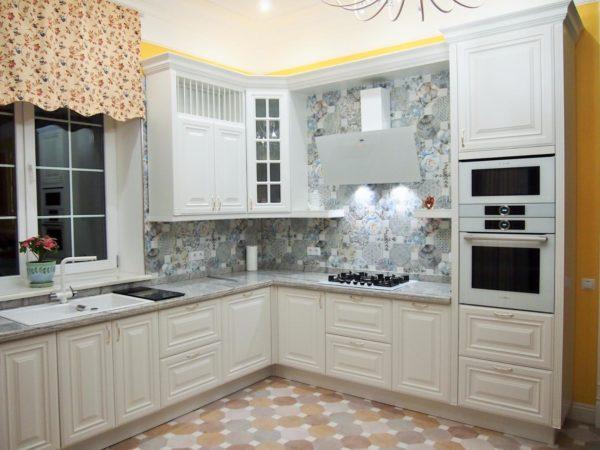 Угловые кухни выбирают в классическом бежевом, кремовом, молочном исполнении.