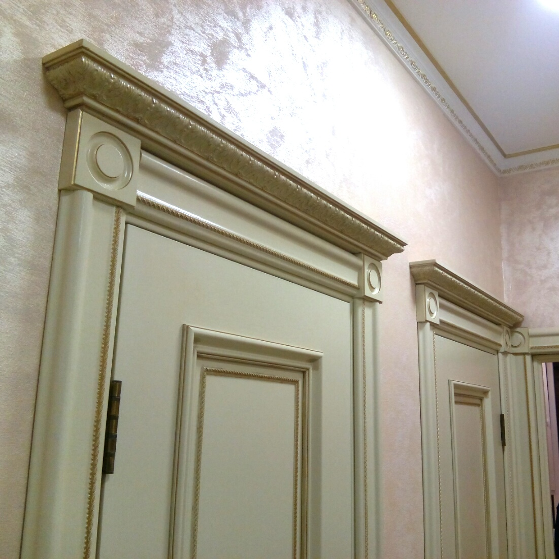 двери с капителью и карнизом