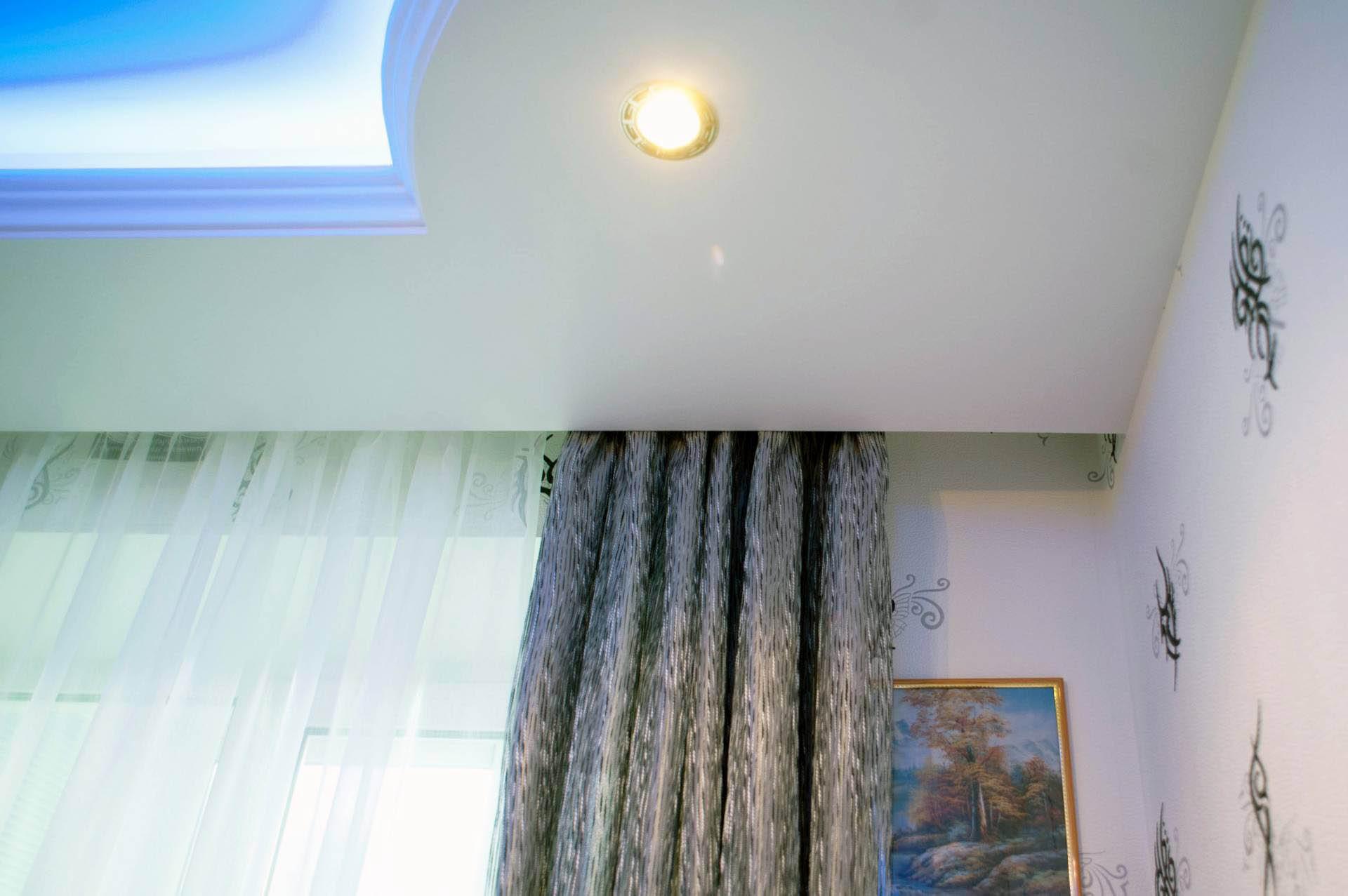 карниз для штор с натяжным потолком интерьер