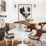 картины в интерьере гостиной с коричневыми акцентами
