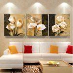 картины с цветами в интерьере гостиной