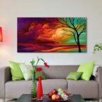 яркие картины в интерьере гостиной