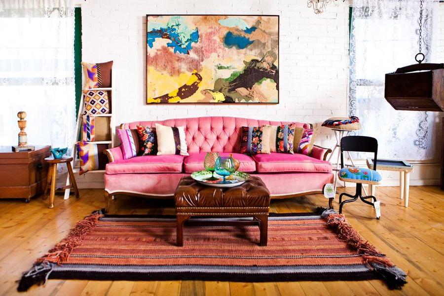 картины в гостиной над диваном