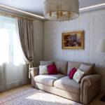 картины в интерьере гостиной с низким потолком