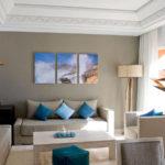 картины в интерьере гостиной с синим акцентом