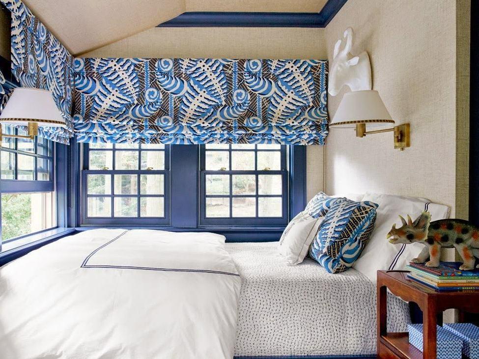 римские шторы до подоконника в спальне
