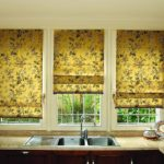 короткие шторы на кухне декор