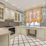 короткие шторы на кухне оформление