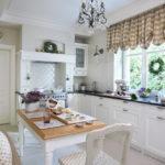 короткие шторы на кухне оформление фото