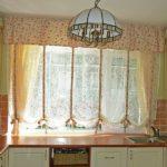 короткие шторы на кухне фото виды