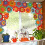 короткие шторы на кухне обзор