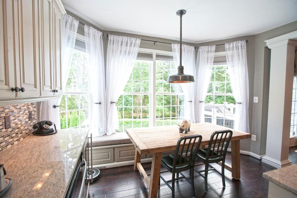 короткие шторы из тюля на кухне