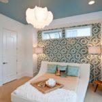 крашеный потолок в спальной комнате