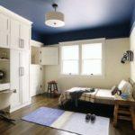 крашеный потолок в синий увет