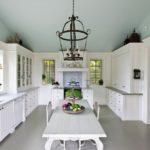 крашеный потолок на кухне фото