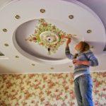 крашеный потолок с рисунками