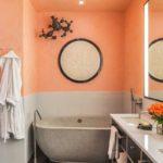оранжевый крашеный потолок в ванной