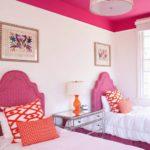 крашеный потолок розовый