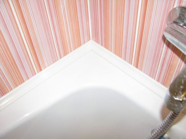 Для выравнивания углов в ванной можно использовать специальные уголки
