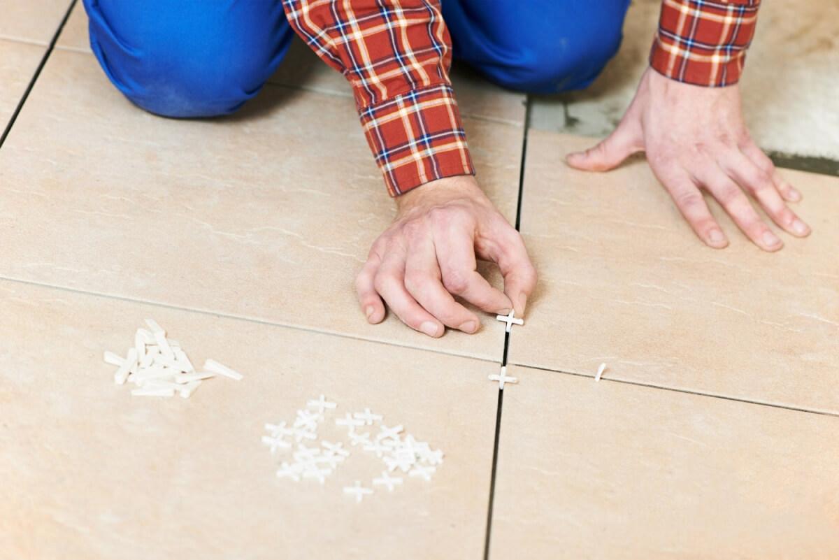 как использовать крестики для плитки