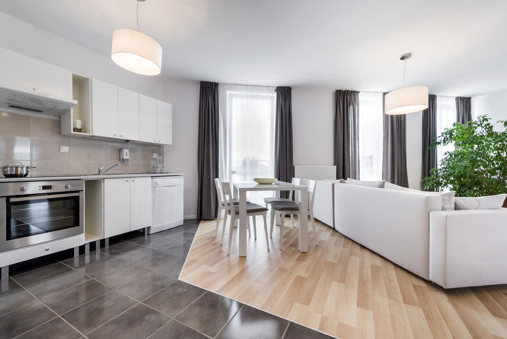 плитка и ламинат в кухне гостиной