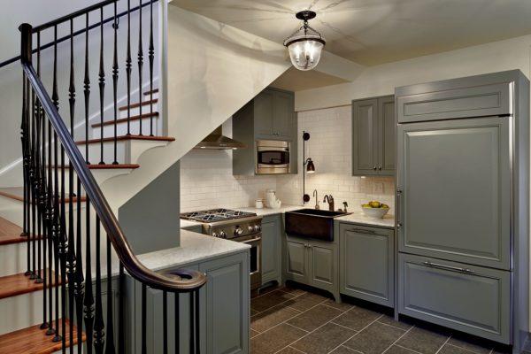 Одним из эффективных способов экономии пространства является размещение лестницы на второй этаж в нежилой зоне – на кухне.