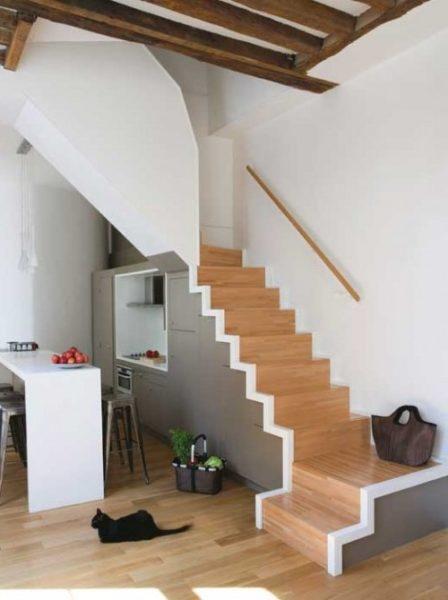 Расположение лестницы на кухне – оптимальное решение в условиях недостатка квадратных метров