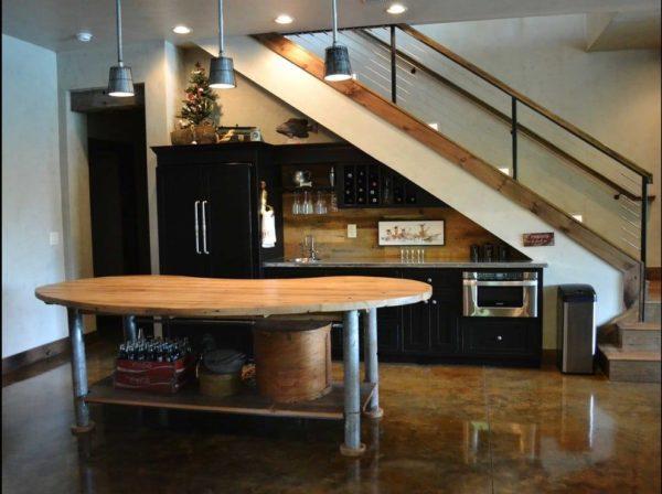 Шкафчики можно разместить под самой лестничной конструкцией.