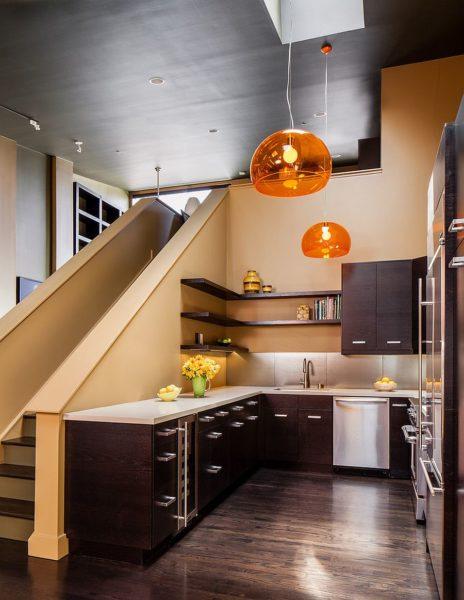 Функциональность кухни под лестницей на даче зачастую страдает