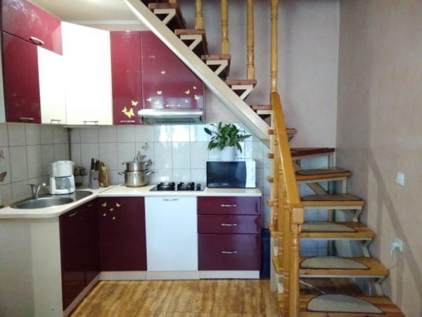 При правильно оформленном интерьере кухня под лестницей может быть довольно функциональной, стильной и необычной.