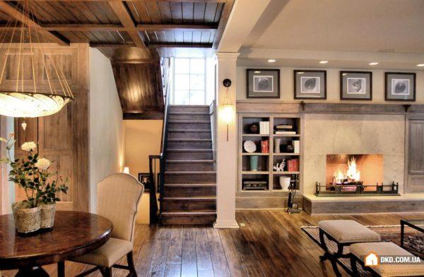 Кухня гостиная с открытой лестницей – оригинальное, функциональное дизайнерское решение.