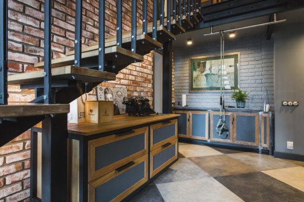 Если дом кирпичный, стены можно оформить декоративной штукатуркой.