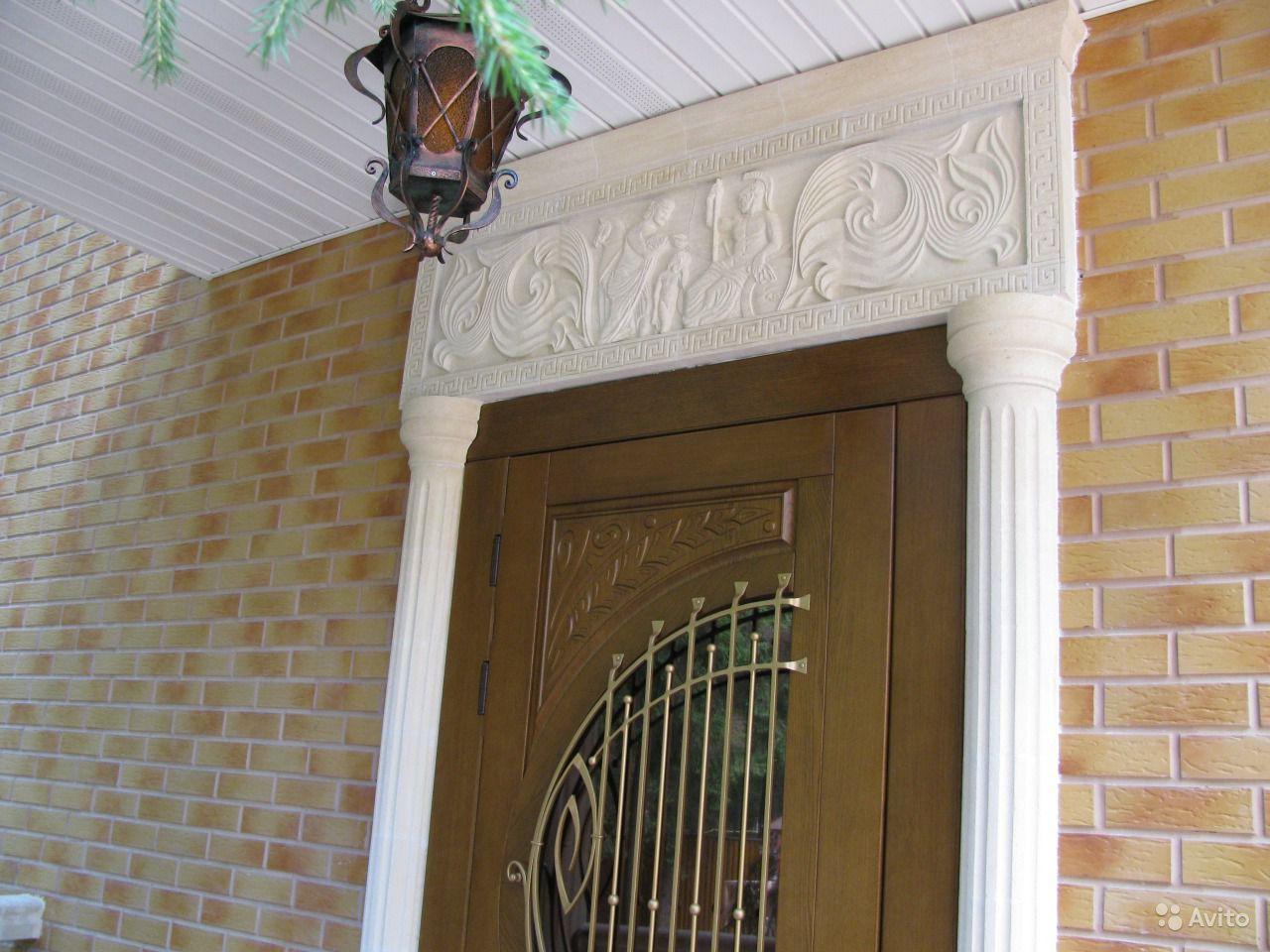 лепнина над входной дверью
