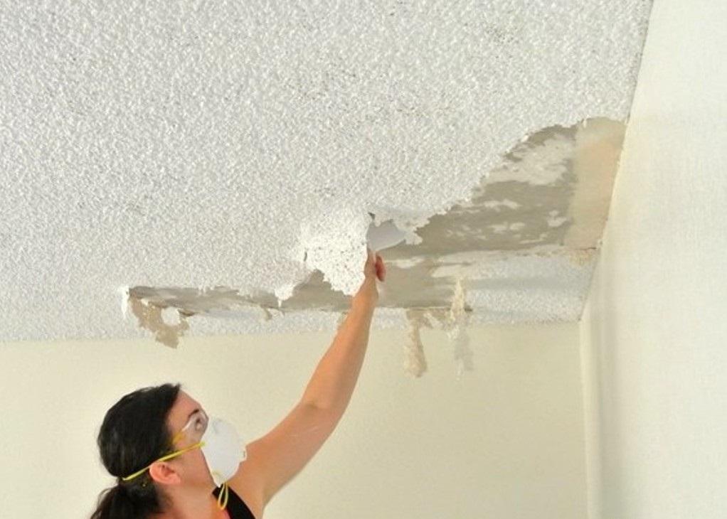 очистка потолка от старого отделочного слоя
