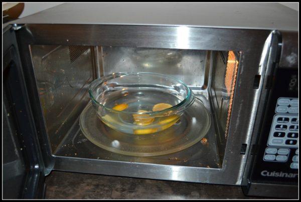 Если вы хотите очистить духовку без агрессивных химических продуктов, вы можете сделать натуральное чистящее средство, используя соду, уксус и жидкость.