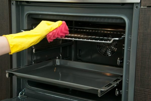 Чем больше вы ухаживаете за духовкой, тем легче вам будет выполнять процесс очистки.