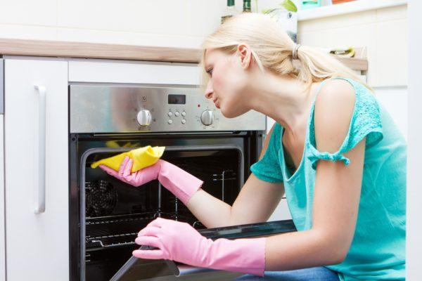 Рекомендуется тщательно чистить духовку не реже одного раза в три-шесть месяцев
