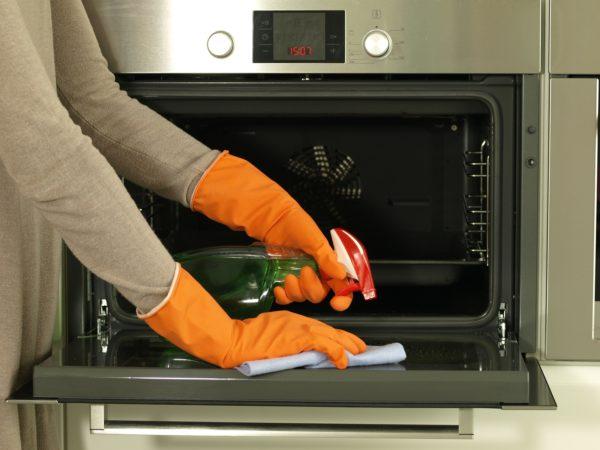 Можно использовать приобретенный в магазине очиститель духовки, чтобы удалить запеченный жир