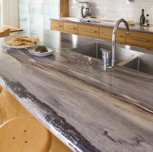 На кухне множество факторов, которые негативно влияют на дерево: вода, горячие предметы, острые предметы.