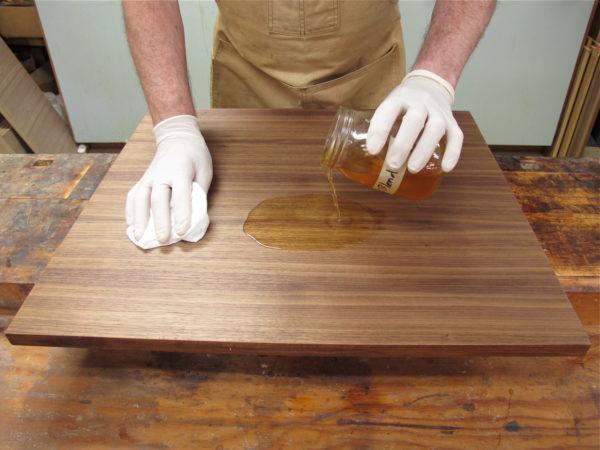 Как покрыть лаком столешницу – целое искусство.