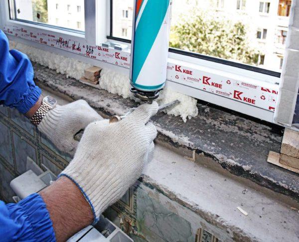 Стыки, расположенные между оконным блоком и стенами, называемы монтажными швами, они заполняются монтажной пеной