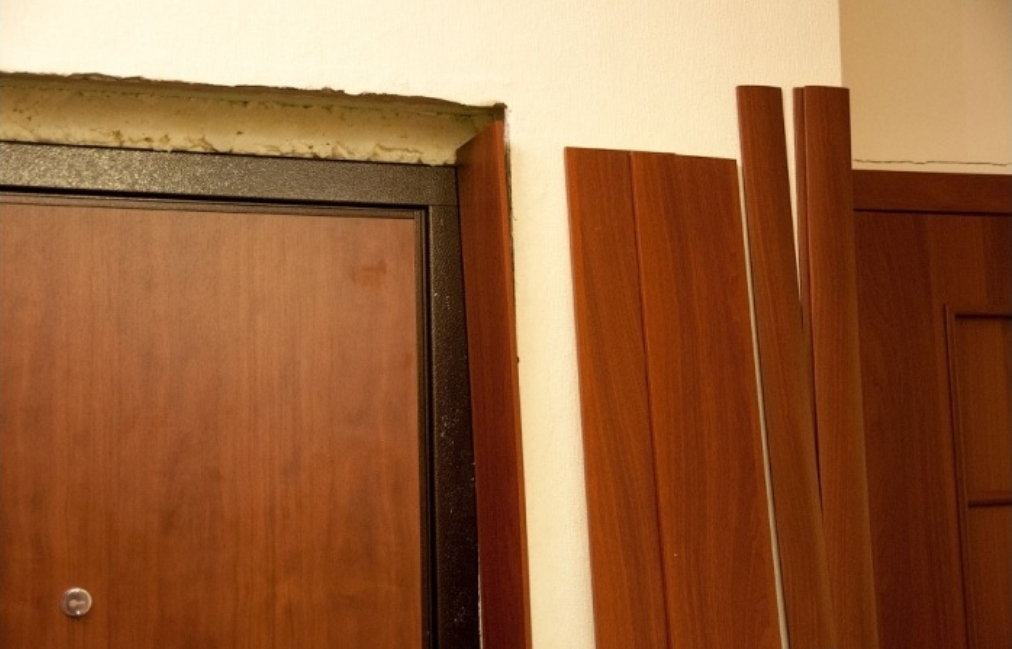 отделка входной двери доборы